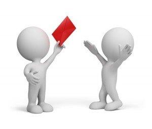 שני דמויות מחזיקות מעטפה